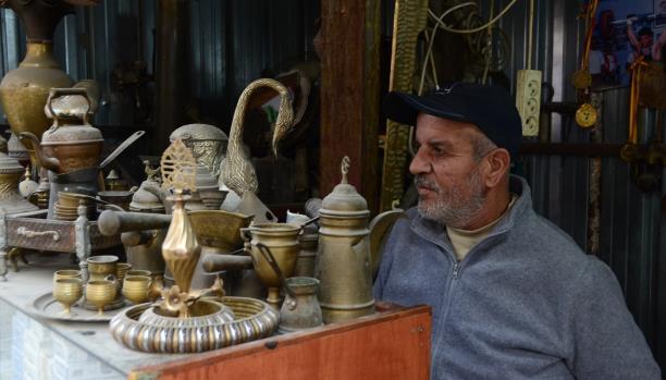 علي زيدان يعرض مقتنيات قديمة في دكانه ولا يبيعها