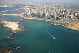 وفد من اللجان الشعبية لمنظمة التحرير الفلسطينية يتفقد المنازل التي أعيد ترميمها في مدينة الميناء