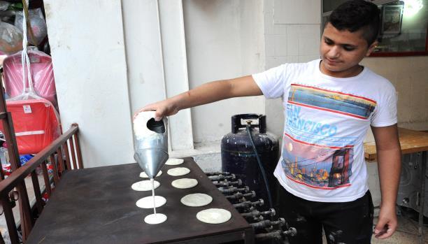 القطايف حلويات رمضان الأرخص في صيدا