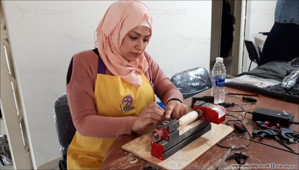 آية صيداوي تحفر على الخشب