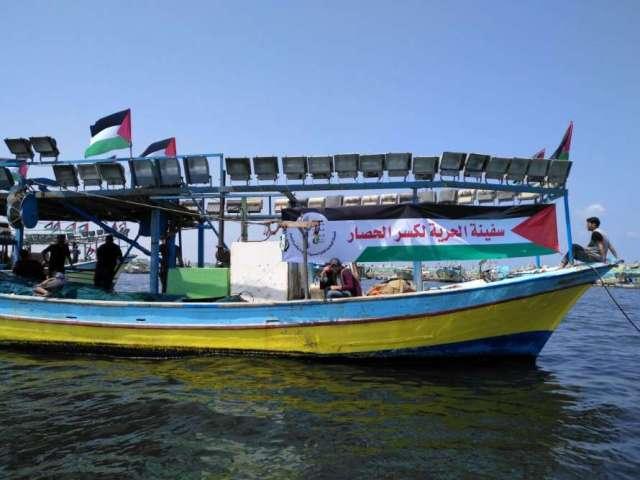 بحرية الاحتلال تحتجز المشاركين في سفينة الحرية وتسحبها إلى ميناء أسدود