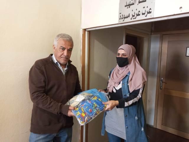 لجان المرأة الشعبية الفلسطينية في بيروت تقدم عددًا من الكمامات للوقاية من وباء كورونا لجمعية الشفاء الطبية