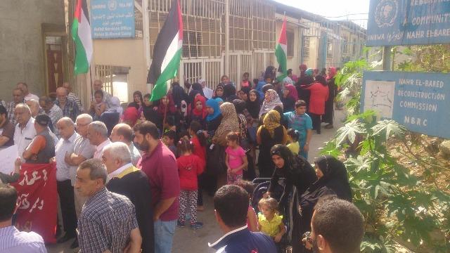 اعتصام شعبي فلسطيني أمام مقر مدير خدمات نهر البارد