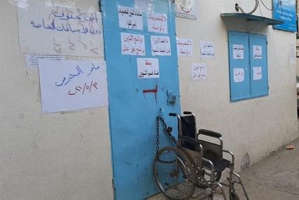 حتى نيل المساعدات... والدٌ يغلق مكتب «الأونروا» في البداوي