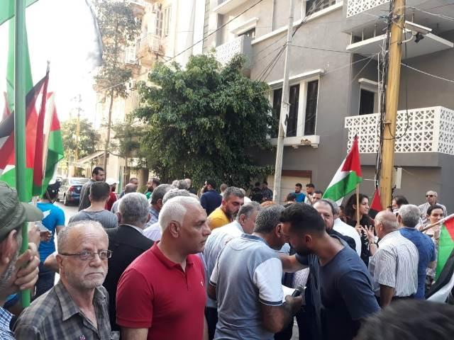 الجبهة العربية التقدمية تعتصم أمام سفارة البحرين في بيروت