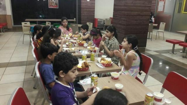 إفطار لأطفال مخيم شاتيلا