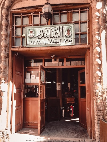 في مقاهي بغداد.. يعيدون صناعة الماضي