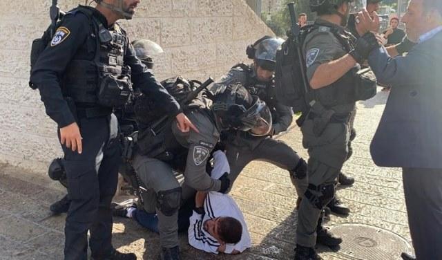 شرطة الاحتلال الإسرائيلي تعتدي على المقدسيين في باب العامود