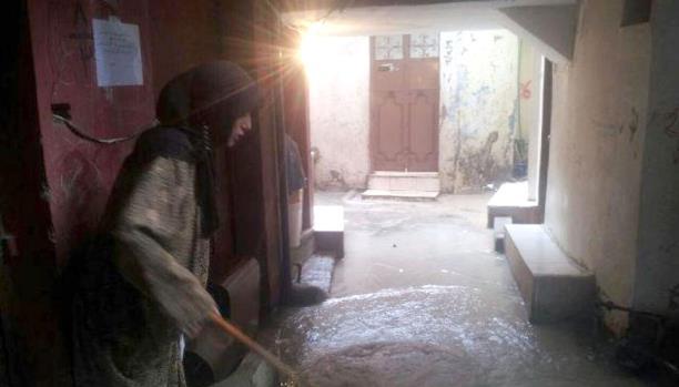 مياه المجاري تغرق منازل مخيم