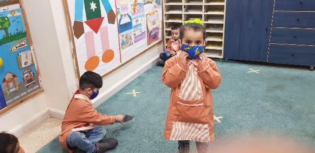 لجان المرأة الشعبية الفلسطينية توزع كمامات على أطفال روضة غسان كنفاني في بيروت