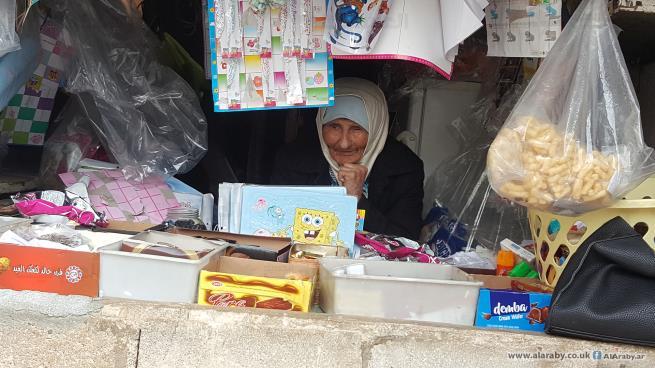 الحاجّة آمنة... لاجئة فلسطينية سبعينية تسعى وراء لقمة عيشها