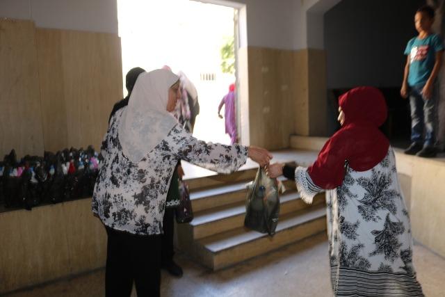 لجان المرأة الشعبية الفلسطينية في منطقة صيدا توزّع مواد تنظيف