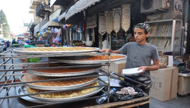 عربة الحلوى... وسيلة للكسب في رمضان