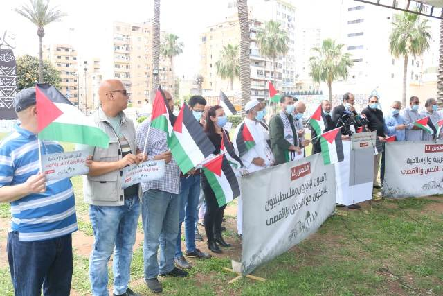 إعلاميون لبنانيون وفلسطينيون ينظمون وقفة تضامنية مع القدس وأهلها في مدينة صيدا