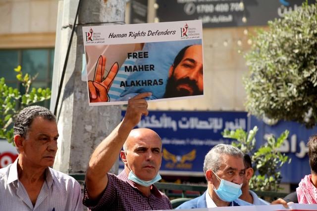 الأسير ماهر الأخرس يرفض نقله إلى مستشفى المقاصد ويؤكّد: سأواصل المعركة حتى الحرية