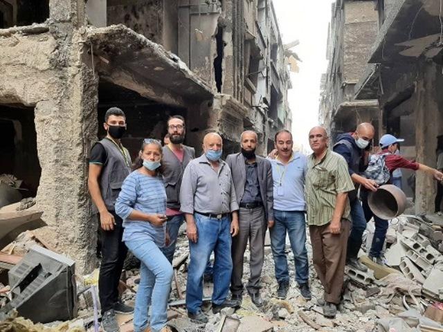 مخيم اليرموك: اللجنة الشعبية واتحاد الطلبة يساعدان الأهالي بإزالة الأنقاض