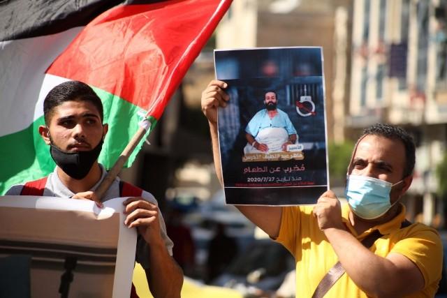 حنظلة: الاحتلال يقتحم غرفة الأسير ماهر الأخرس وينقله لعيادة سجن الرملة