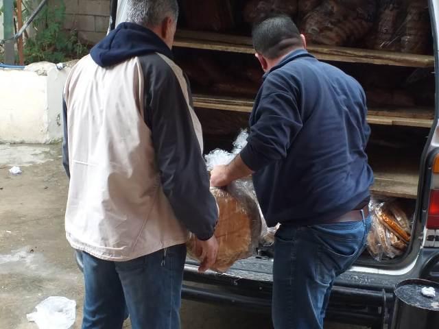 اللجنة الاجتماعية للجبهة الشعبية لتحرير فلسطين في صيدا توزع الخبز على العائلات المتعففة