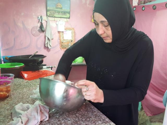 لبنى حمادة : اول بائعة فلافل في  مخيم عين الحلوة. رشا ابراهيم