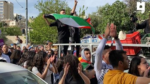 مئات المتظاهرين في حي الشيخ جراح بالقدس رفضًا للهجمات الاستيطانية والمخططات