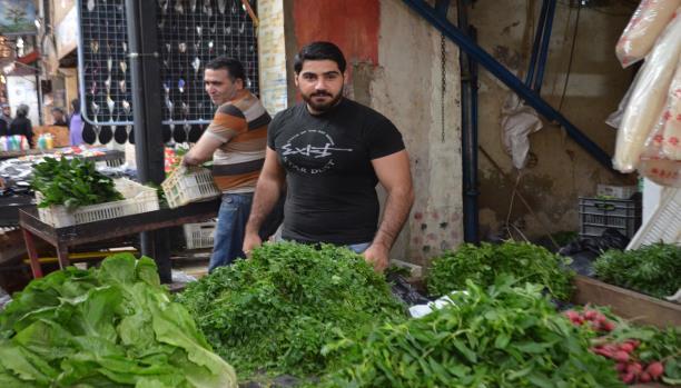 محمود يبيع الخضر في عين الحلوة