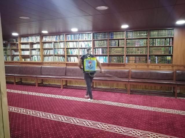 منظمة الشبيبة الفلسطينية تعقم مسجد بلال بن رباح