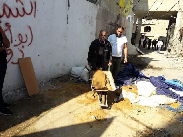 اللجنة الشعبية في مخيم المية ومية تزيل السواتر الترابية من الشوارع
