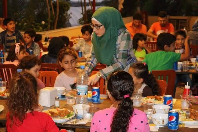 مركز التضامن الاجتماعي- نواة- يستضيف عددًا من الأطفال على مائدة إفطاره الرمضانية السنوية