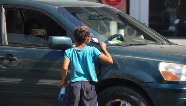 موسى السعدي يمسح زجاج السيارات ويحلم بالمدرسة