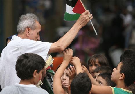 من يدعو الفلسطيني إلى الهجرة؟