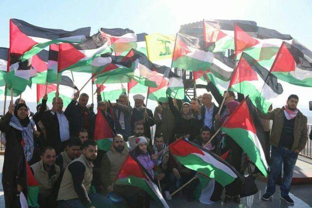 العلم الفلسطيني يرفرف على حدود فلسطين.