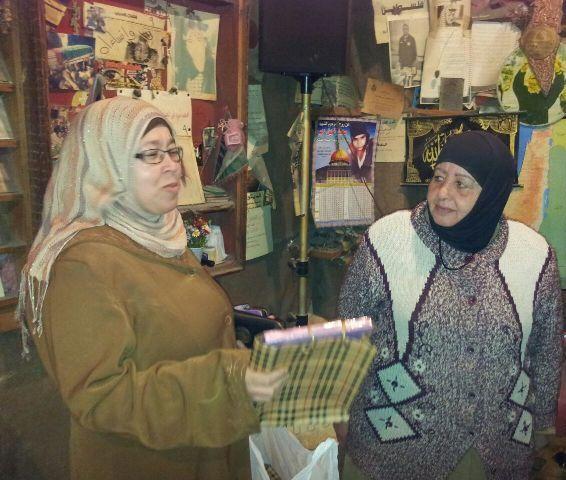 لجان المرأة الفلسطينية تجول على أسر وعوائل شهداء الجبهة الشعبية في البداوي .