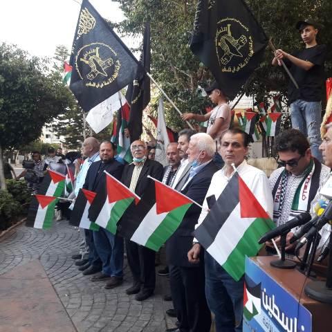 أبناء المخيمات الفلسطينية في لبنان ينظمون وقفة أمام مكتب