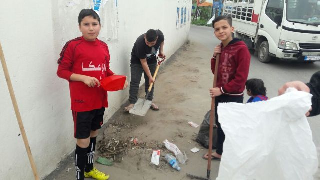 منظمة الشبيبة الفلسطينية تشارك في حملة نظافة بيئية في مخيم الرشيدية