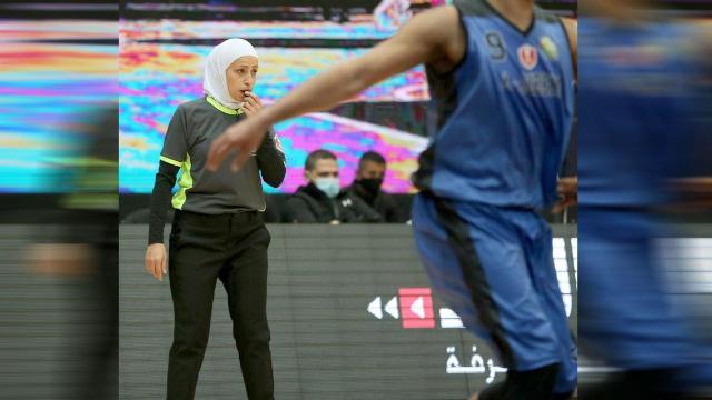 الأردنية إلهام خزنة... أول امرأة تدير مباريات للرجال بكرة السلة