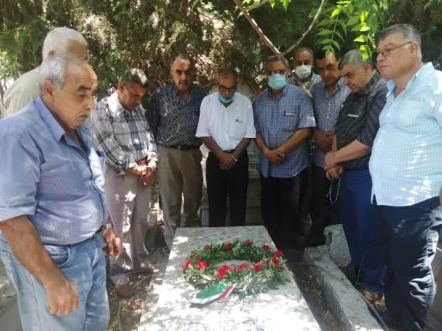 رابطة الشهيد وفيق وفيق منصور العمالية تضع إكليلًا من الزهر على ضريحه في ذكرى استشهاده