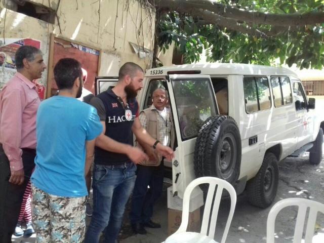 الصليب الأحمر الدولي بالتعاون مع اللجان الشعبية لمنظمة التحرير الفلسطينية يقدم مساعدات لعائلات متضرره في مخيم البداوي .