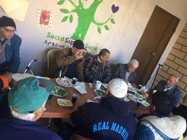 لجان المرأة الشعبية ومنظمة الشبيبة الفلسطينية تقيمان مأدبة فطور في دار الشيخوخة في نهر البارد