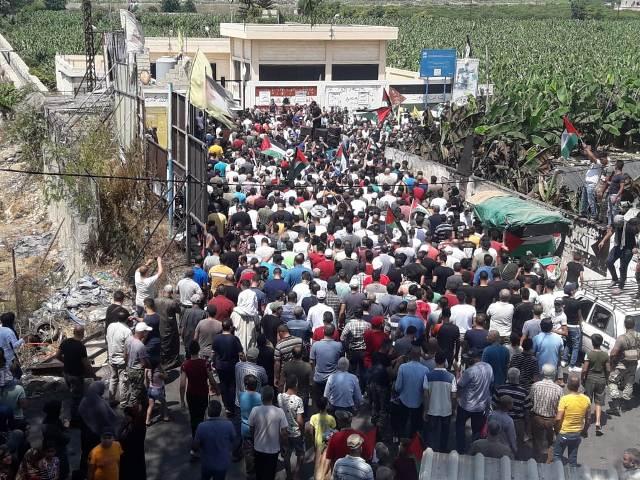 اضراب عام و مسيرات جماهرية ضخمه تشهدها مخيمات صور احتجاجا على قرار وزير العمل اللبناني