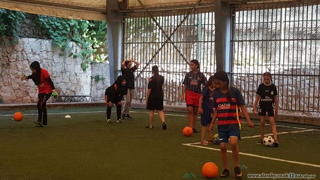فتيات فلسطينيات يلعبن كرة القدم