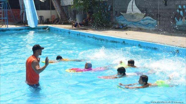 فلسطينيون من سورية يدرّبون على السباحة في لبنان