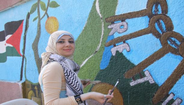 تانيا ترسم فلسطين على جدران مخيمها
