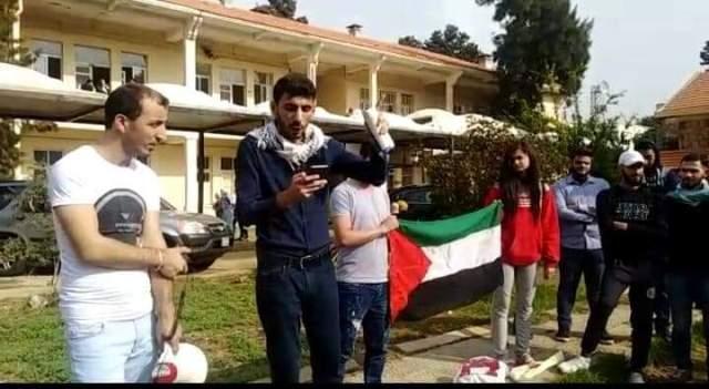 وقفة تضامنية مع غزة في كلية الآداب الفرع الثالث في طرابلس