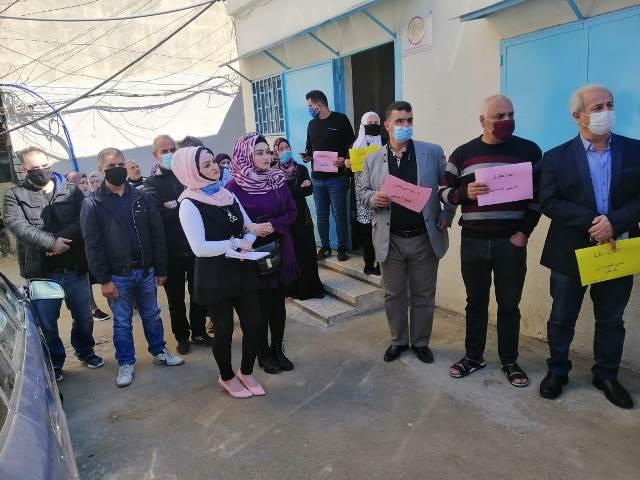 اتحادات العاملين في الأونروا تنفذ وقفة احتجاجية أمام مكتب خدمات الأونروا في مخيم البداوي