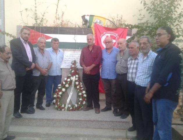 في الذكرى السنوية السادسة عشرة لاستشهاد الرفيق أبي علي مصطفى الشعبية في صيدا تضع إكليلًا من الزهر على النصب التذكاري للشهداء في مقبرة سبلين