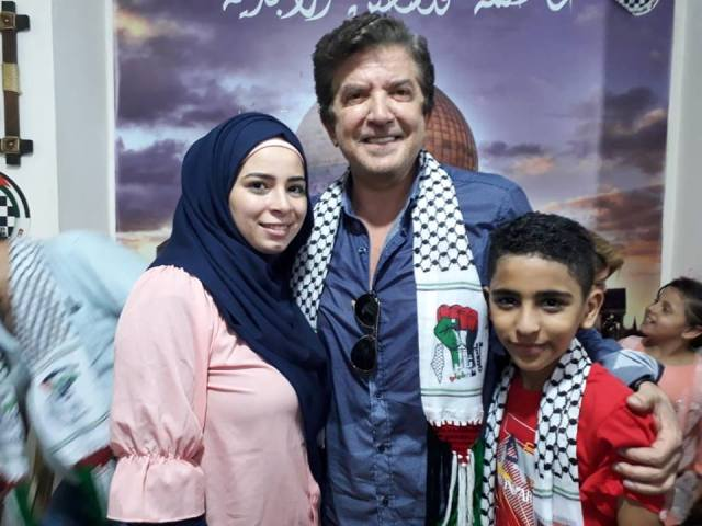 النجم العربي وليد توفيق يزور مخيم شاتيلا