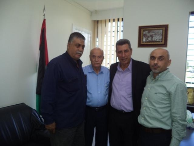 اللجان العمالية الشعبية الفلسطينية تزور مؤسسة أسر الشهداء والجرحى
