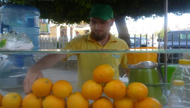ياسر السوري يبيع العصير بدلاً من الدراسة