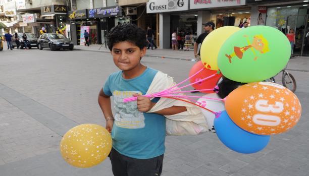 يوسف يبيع البالونات ليؤمّن إفطار رمضان